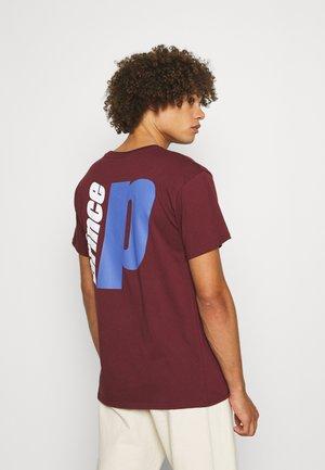 BACK PRINT TEE UNISEX - Print T-shirt - burgundy