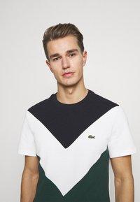 Lacoste - REGULAR FIT  - T-shirt imprimé - sinople/flour - 3