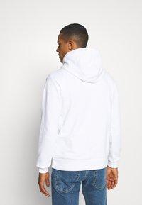 Calvin Klein - LOGO EMBROIDERY HOODIE - Sweat à capuche - white - 2