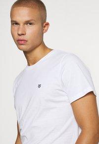 Jack & Jones PREMIUM - JPRBRODY TEE CREW NECK 5 PACK - Basic T-shirt - navy blazer/white/olive night/black/portroyale - 8
