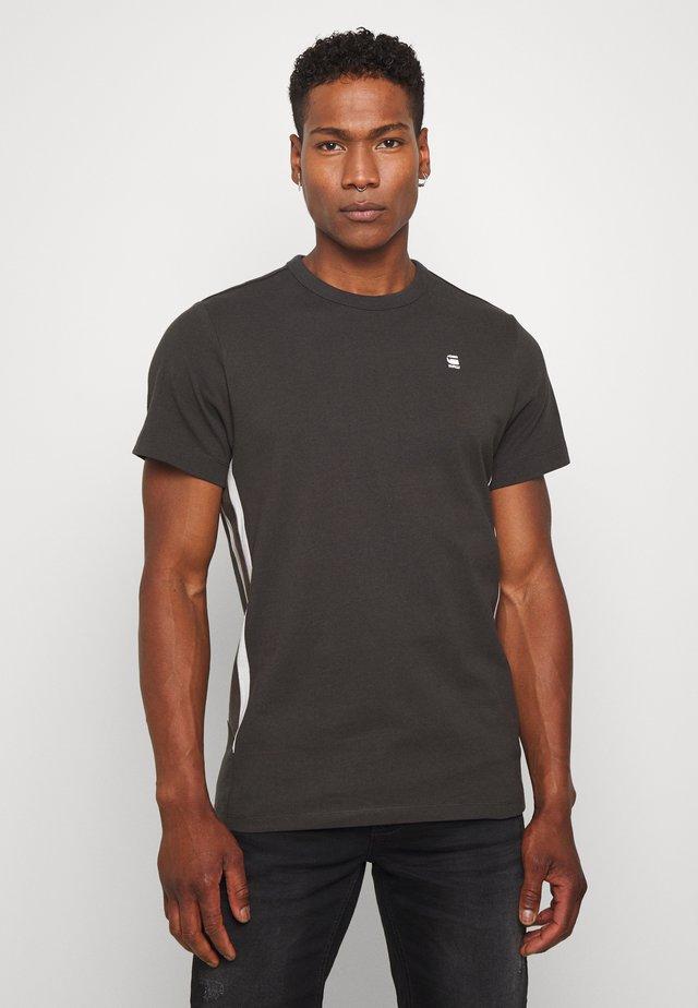 SIDE STRIPE GR R T S\S - T-shirts med print - raven