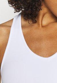 Cotton On Body - V NECK CUT OUT CROP - Sujetadores deportivos con sujeción ligera - white - 4