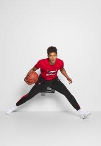 New Era - CHICAGO BULLS NBA SPLIT LOGO TEE - Fanartikel - front door red - 3