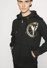 Carlo Colucci - DONNAY X CARLO COLUCCI - Zip-up hoodie - black/gold - 4