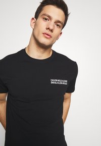 Calvin Klein Jeans - MONOGRAM SQUARE BACK REG TEE - Print T-shirt - black - 3