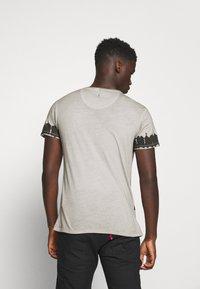 Key Largo - REBEL ROUND - Print T-shirt - silver - 2