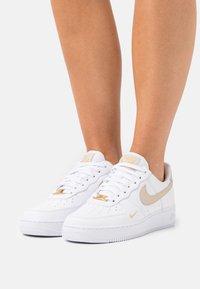 Nike Sportswear - AIR FORCE 1 07 ESS - Sneakers - white/rattan - 0