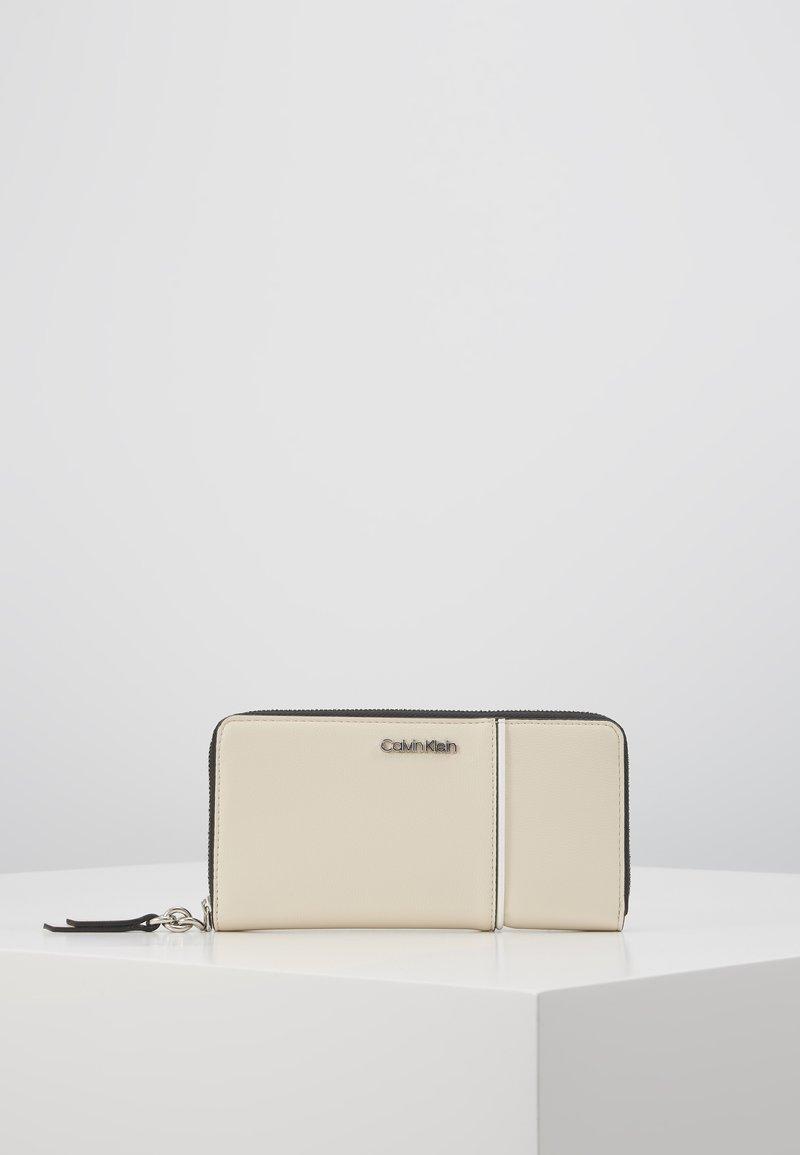 Calvin Klein - CHAIN ZIPAROUND - Lommebok - beige