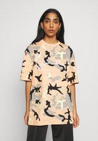 Karl Kani - UNISEX SIGNATURE CAMO TEE - T-Shirt print - camel/black/coral/yellow - 3