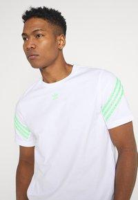 adidas Originals - TEE UNISEX - Print T-shirt - white - 3