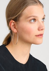 Pilgrim - EARRINGS SANNE - Øredobber - silver-coloured - 1