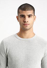 Selected Homme - SLHVICTOR CREW NECK - Stickad tröja - light grey melange - 4