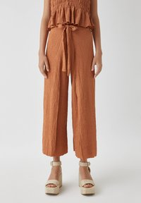 PULL&BEAR - IM PAREO-STIL MIT GÜRTEL - Trousers - red - 0