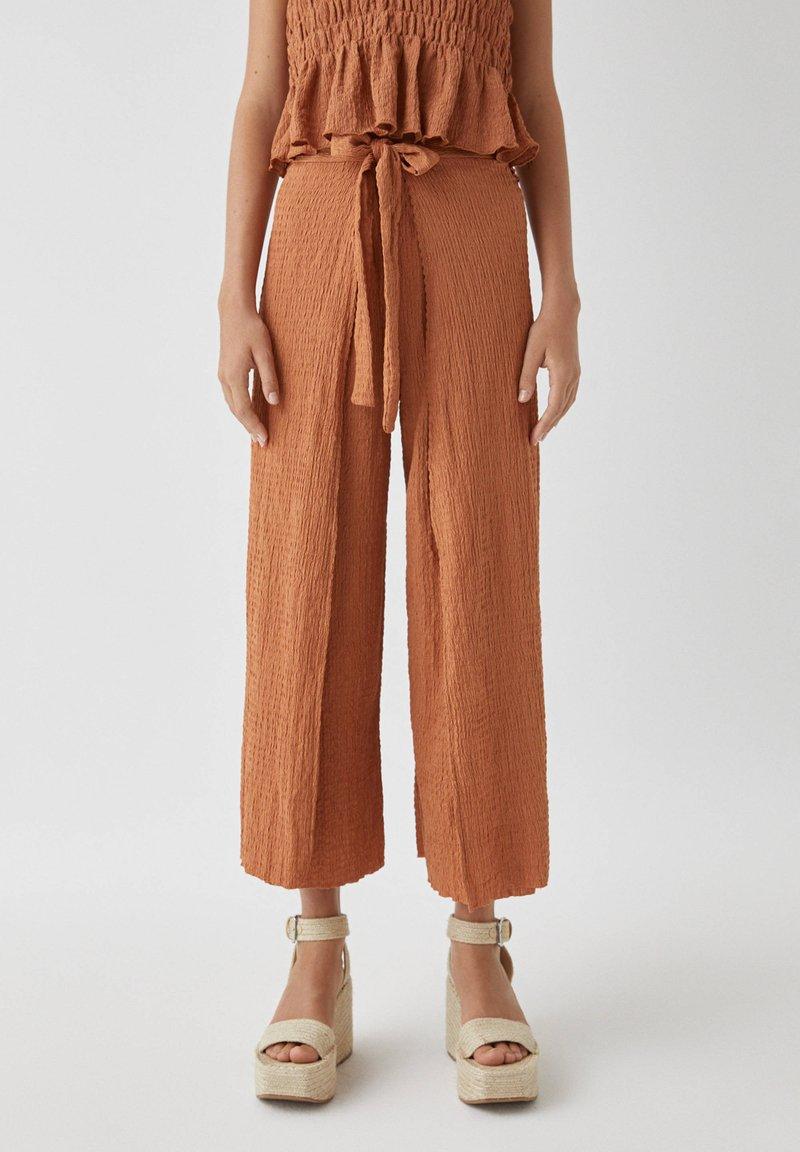 PULL&BEAR - IM PAREO-STIL MIT GÜRTEL - Trousers - red