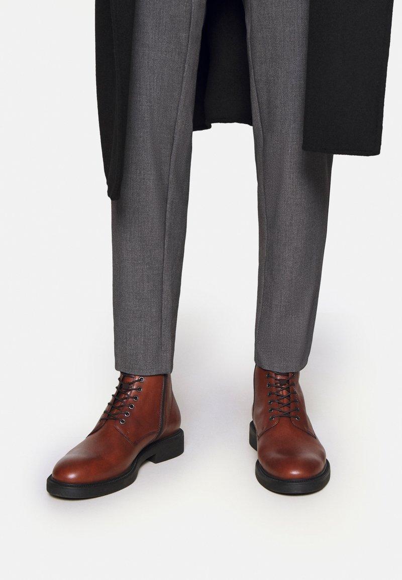 Vagabond - ALEX - Lace-up ankle boots - cognac