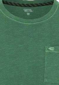 camel active - MIT BRUSTTASCHE AUS ORGANIC COTTON - Basic T-shirt - jungle green - 6