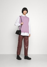 Marimekko - IHMETELLÄ TROUSERS - Leather trousers - wine red - 1