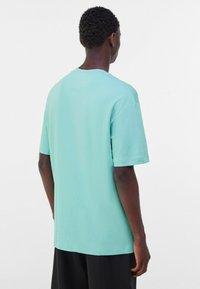 Bershka - OVERSIZED - Print T-shirt - turquoise - 2