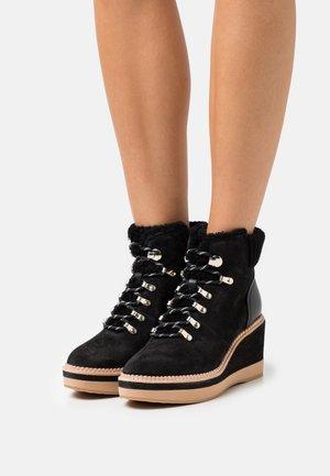 WILLOW - Šněrovací kotníkové boty - black