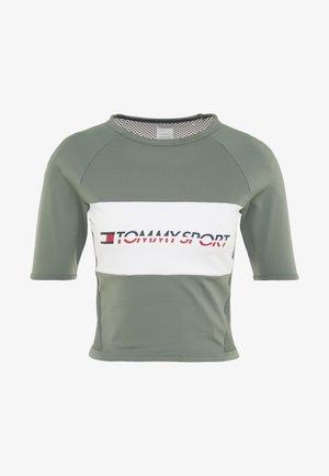 BLOCKED TEE CROPPED LOGO - T-shirt con stampa - green