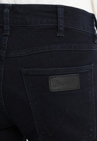 Wrangler - GREENSBORO - Jean droit - black back - 5