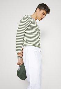 Lindbergh - ELASTIC WAIST PANTS - Trousers - white - 3