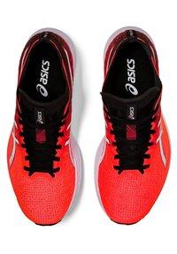 ASICS - MAGIC SPEED - Tekmovalni tekaški čevlji - sunrise red/white - 2