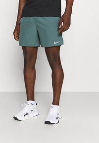 Nike Performance - CHALLENGER SHORT - Korte sportsbukser - hasta - 0