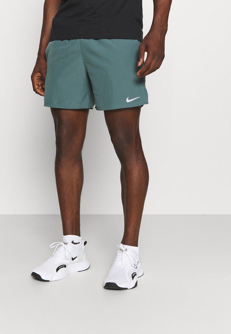Nike Performance - CHALLENGER SHORT - Korte sportsbukser - hasta