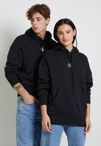 Calvin Klein Jeans - GRAPHIC HOODIE UNISEX - Sweatshirt - black - 2