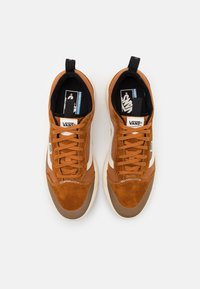 Vans - ULTRARANGE EXO UNISEX  - Trainers - pumpkin spice/antique white - 3