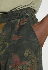 Desigual - PANT CAMOTIGER - Bukse - green - 4