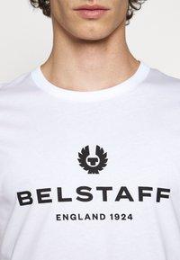 Belstaff - T-shirt con stampa - white - 5