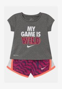 Nike Sportswear - TEMPO SET - Kraťasy - fireberry - 0