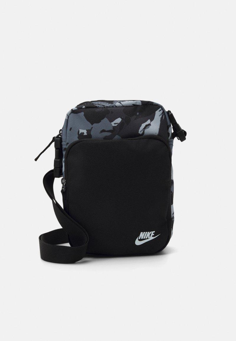 Nike Sportswear - HERITAGE UNISEX - Taška spříčným popruhem - black/white