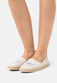 Calvin Klein Jeans - PRINTED  - Espadrilles - white/sand - 0
