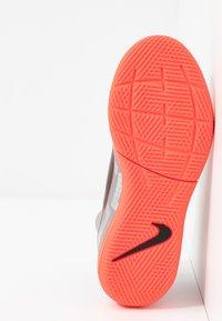 Nike Performance - MERCURIAL JR 7 ACADEMY IC UNISEX - Halové fotbalové kopačky - metallic bomber grey/black/particle grey - 5