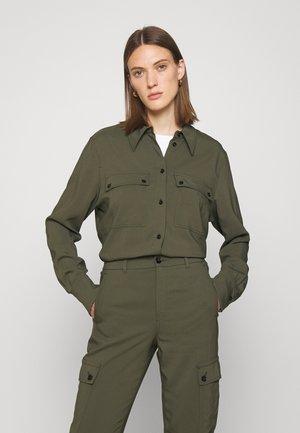 BEREA - Camisa - grün