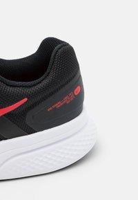 Nike Performance - RUN SWIFT 2 - Obuwie do biegania treningowe - black/universe red/white - 5