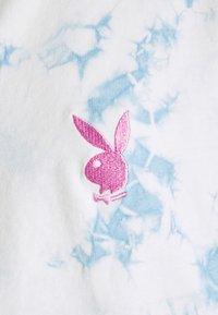 Missguided - PLAYBOY TIE DYE ZIP THROUGH CROP - Camiseta estampada - blue - 2
