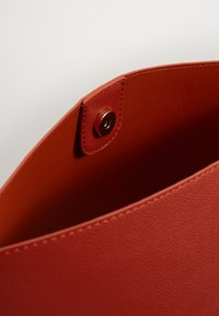 Pieces - PCGLAMMIA SHOPPER KEY - Handbag - apricot orange/gold - 2