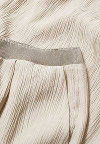 Mango - FLUIDO PLISADO - Trousers - marrón medio - 7