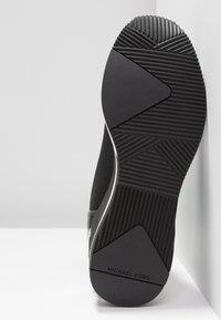 MICHAEL Michael Kors - SKYLER - Höga sneakers - black - 6