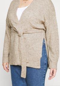 Selected Femme Curve - SLFLISSY SLIT CARDIGAN - Cardigan - sandshell - 5