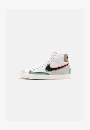 BLAZER MID '77 INFINITE - Sneakersy wysokie - white/black/jade smoke/roma green/sail/total orange