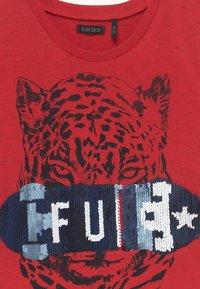 IKKS - TEE - T-shirt imprimé - rouge moyen - 3