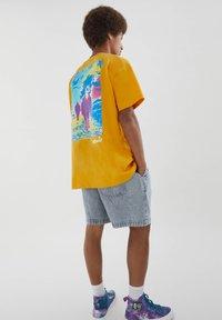 PULL&BEAR - PERSONEN - T-shirt med print - yellow - 3