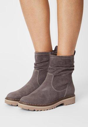 Kotníkové boty - graphite