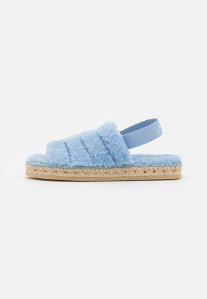 MAYA - Domácí obuv - azul/natural gaimo