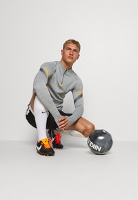 Nike Performance - DRY STRIKE DRILL - Funktionsshirt - smoke grey/total orange - 1